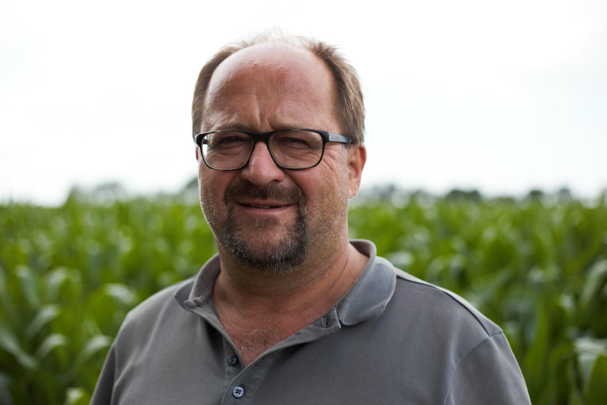 Steffen Irmer vor einem Maisfeld.