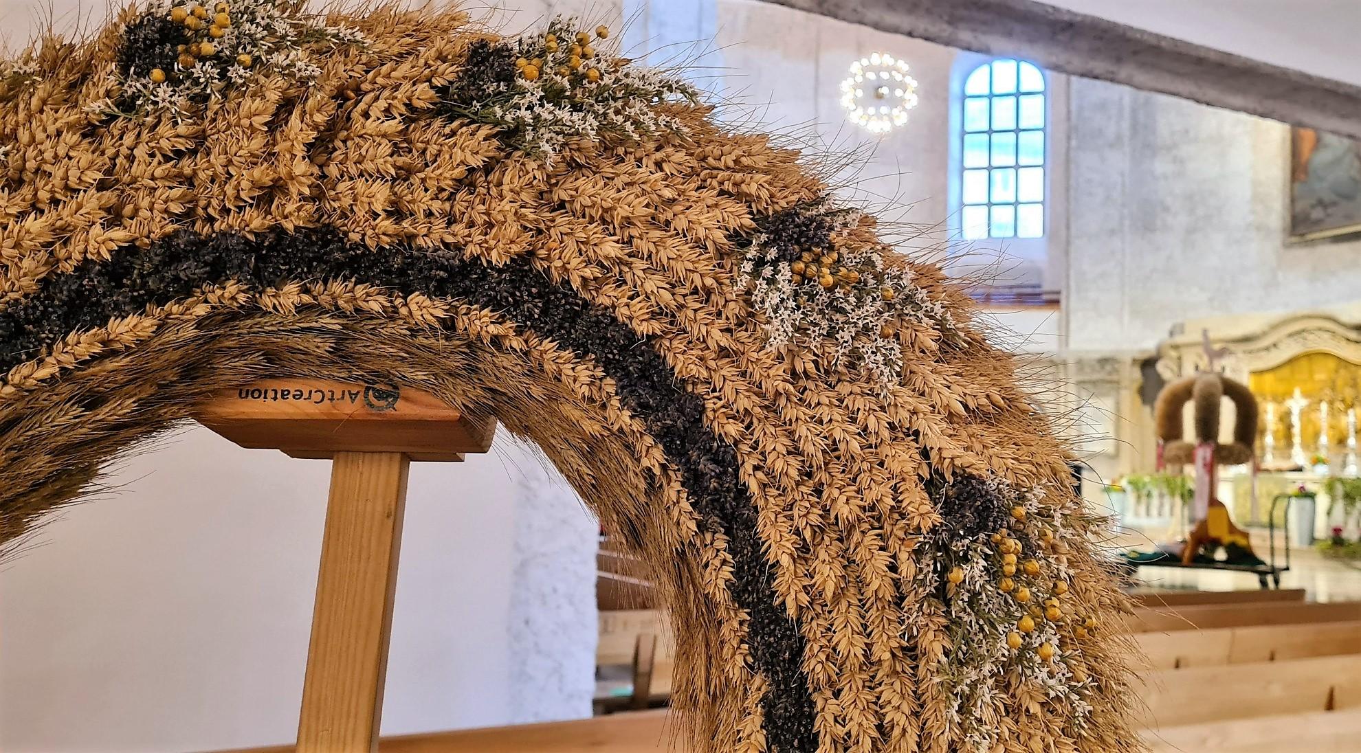 Die Erntekronen und Kränze wurden in der Kreuzkirche Dresden präsentiert. (Foto: Sven Wernicke)