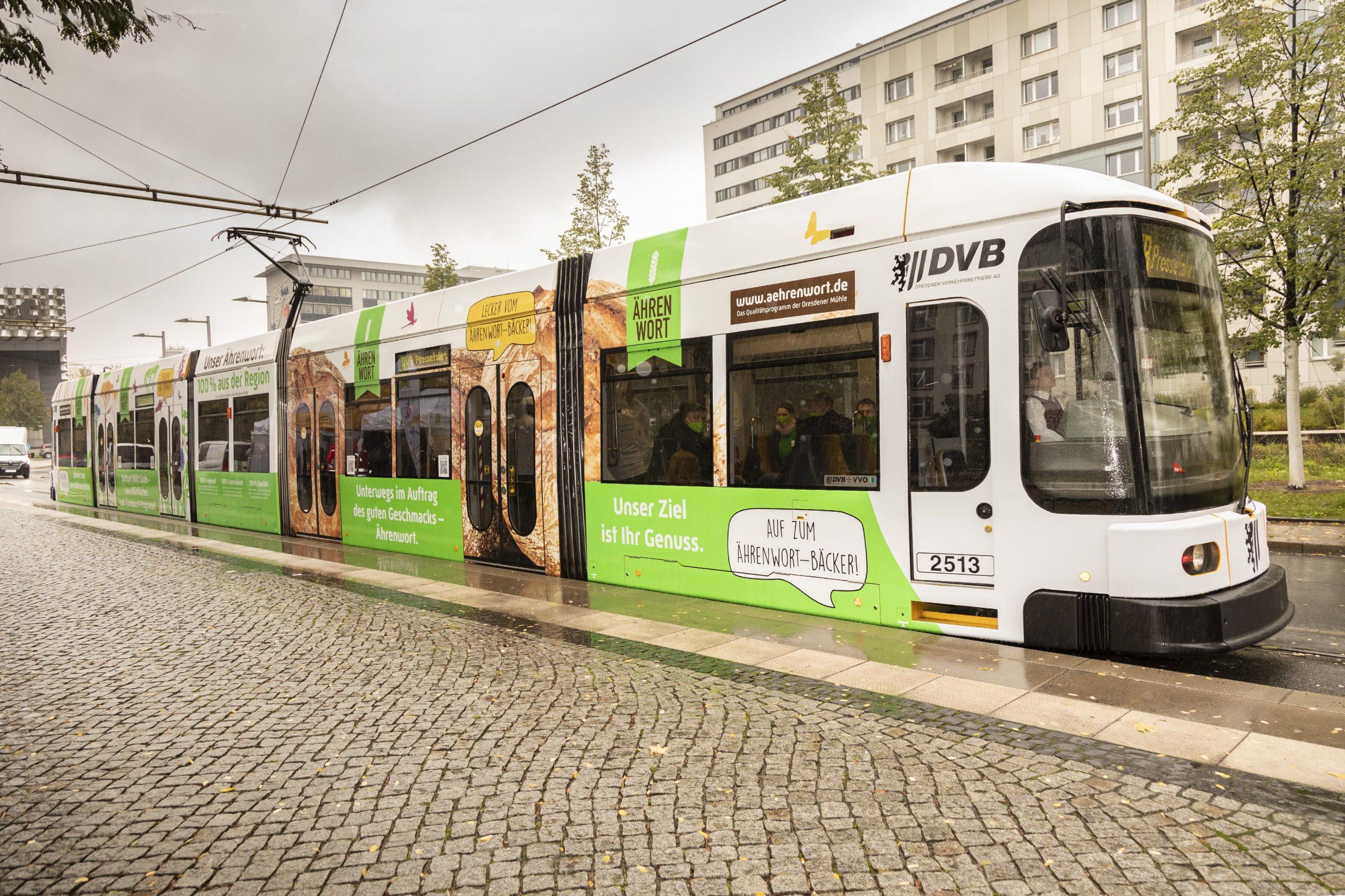 Die Straßenbahn im Ährenwort-Stil.