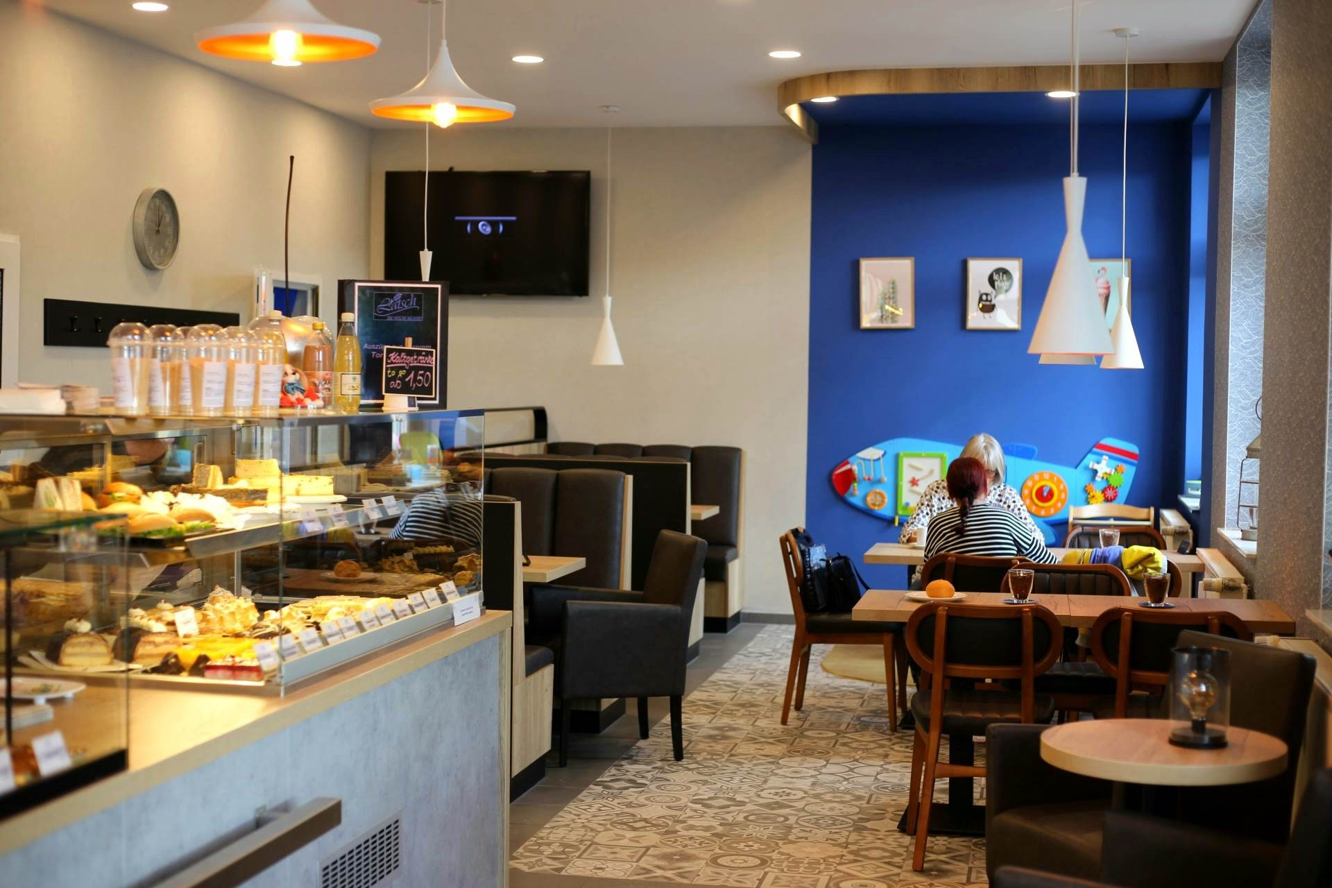 Modern und ansprechend eingerichtet - das neue Café in Bernburg.