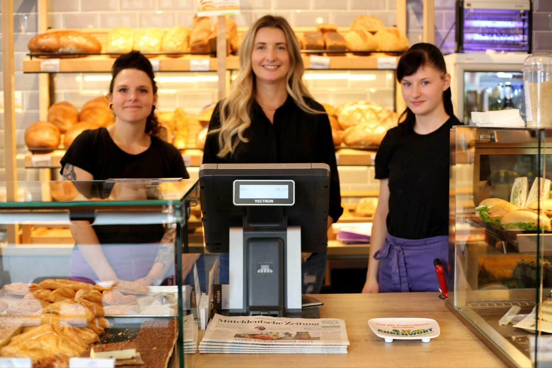Die Tochter Janice Latsch (in der Mitte) ist derzeit 'Mädchen für alles'.