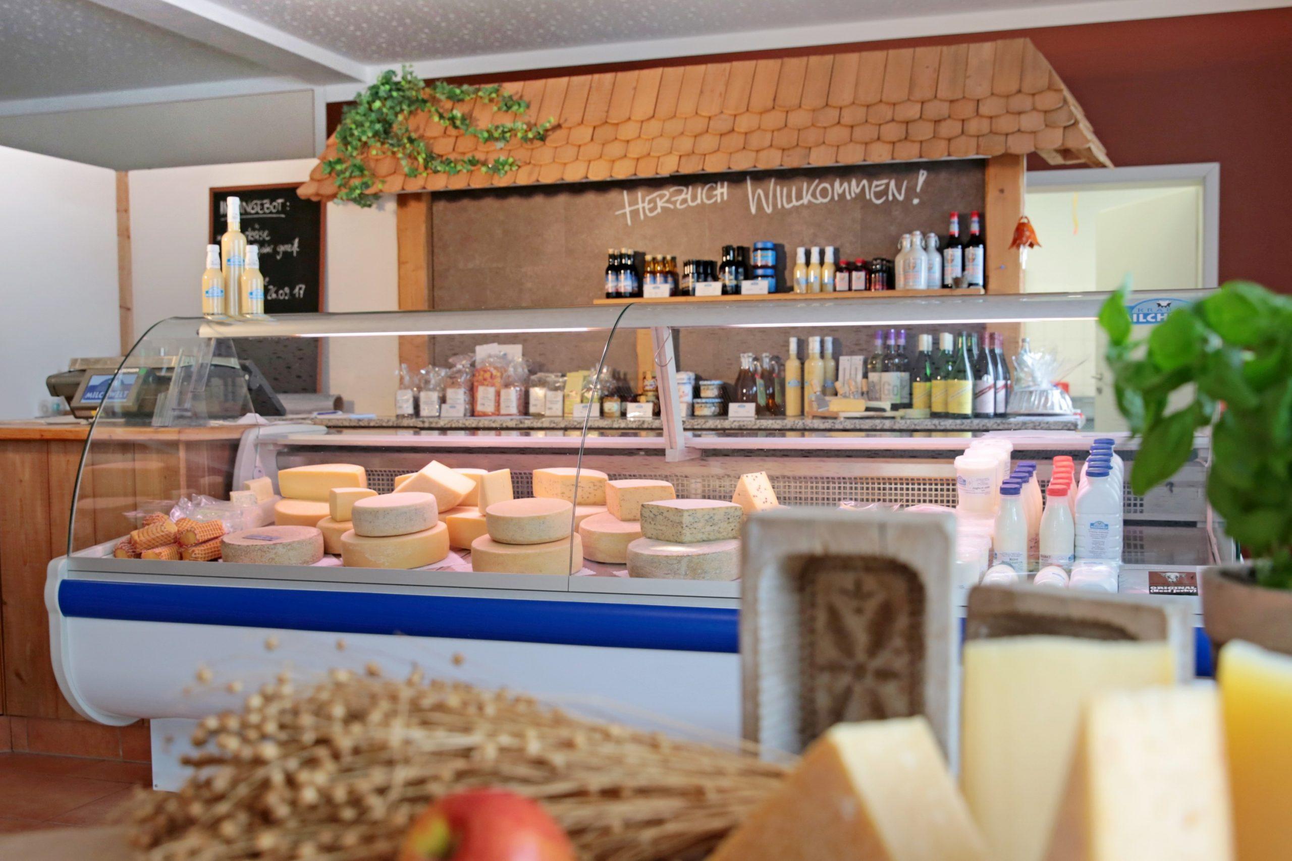 Im Hofladen gibt es viele Produkte aus eigener Herstellung und der Region. (Foto: Krabat Milchwelt)